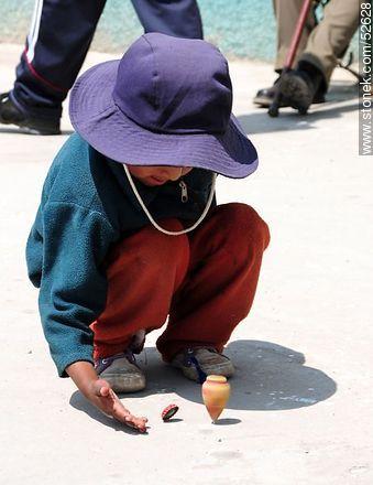 Niño con trompo-bolivia